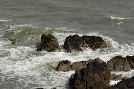il-mare-si-frange-sugli-scogli